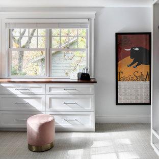Foto di uno spazio per vestirsi per donna chic di medie dimensioni con ante bianche, moquette, pavimento grigio e ante in stile shaker