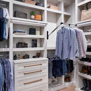 Idee per un'ampia cabina armadio classica con ante in stile shaker, ante grigie, parquet chiaro e pavimento marrone