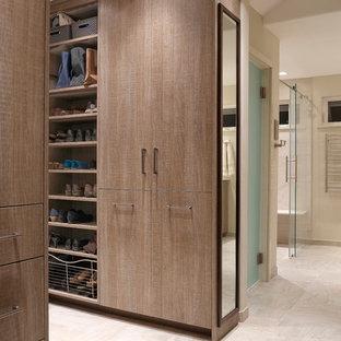 Modelo de armario vestidor unisex, contemporáneo, con armarios con paneles lisos, puertas de armario de madera clara, suelo de baldosas de porcelana y suelo beige