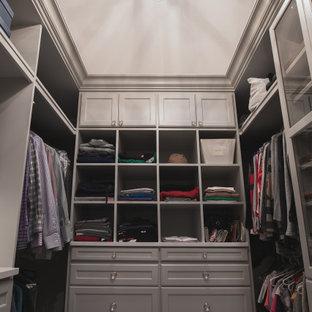 Ejemplo de armario vestidor unisex, clásico, de tamaño medio, con armarios estilo shaker, puertas de armario grises, moqueta y suelo gris