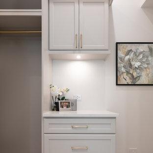 Foto de armario vestidor unisex, clásico, de tamaño medio, con armarios estilo shaker, puertas de armario grises, moqueta y suelo gris