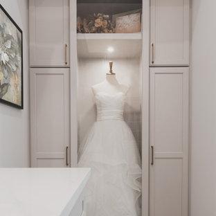 Diseño de armario vestidor unisex, tradicional, de tamaño medio, con armarios estilo shaker, puertas de armario grises, moqueta y suelo gris