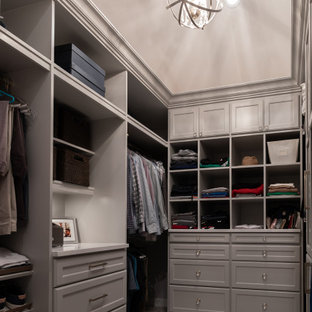Cette photo montre un dressing chic de taille moyenne et neutre avec un placard à porte shaker, des portes de placard grises, moquette, un sol gris et un plafond décaissé.