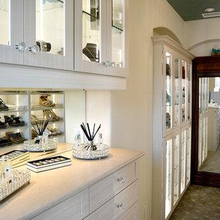 Foto de armario vestidor de mujer, contemporáneo, grande, con armarios tipo vitrina, puertas de armario blancas, moqueta y suelo marrón