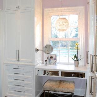 Modelo de armario vestidor unisex, contemporáneo, grande, con armarios con paneles empotrados, puertas de armario blancas y suelo de madera oscura