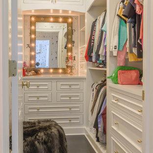 Идея дизайна: гардеробная комната среднего размера в классическом стиле с фасадами с утопленной филенкой, желтыми фасадами, темным паркетным полом и коричневым полом для женщин