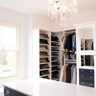 Bild på ett vintage walk-in-closet, med blå skåp
