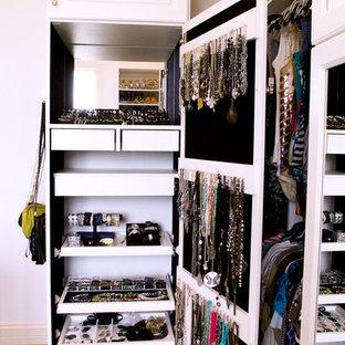 Klassisk inredning av ett walk-in-closet, med heltäckningsmatta