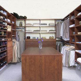 Idéer för att renovera ett stort vintage walk-in-closet för könsneutrala, med skåp i mörkt trä