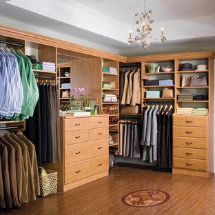 Inspiration för ett stort vintage walk-in-closet, med öppna hyllor och skåp i mellenmörkt trä
