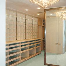 Modern Closet by Umber Architecture, LLC
