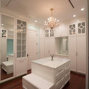 Foto de armario vestidor de mujer, clásico, grande, con armarios estilo shaker, puertas de armario blancas, suelo de madera en tonos medios y suelo marrón