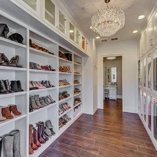 Свежая идея для дизайна: большая гардеробная комната в стиле современная классика с стеклянными фасадами, белыми фасадами, полом из керамической плитки и коричневым полом для женщин - отличное фото интерьера