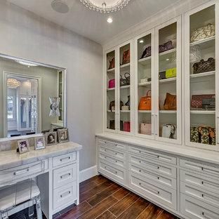 Ejemplo de armario vestidor de mujer, tradicional renovado, grande, con armarios tipo vitrina, puertas de armario blancas, suelo de baldosas de porcelana y suelo marrón