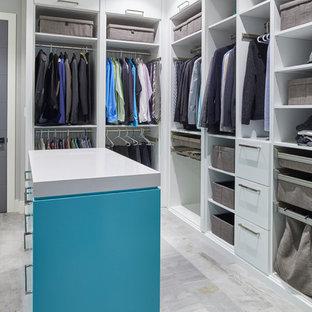 Modelo de armario vestidor de hombre, moderno, con puertas de armario azules y suelo gris