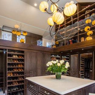 Imagen de vestidor unisex, tradicional, extra grande, con armarios con paneles con relieve, puertas de armario de madera en tonos medios y suelo de mármol