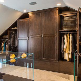 Esempio di una grande cabina armadio classica con ante con bugna sagomata, ante in legno bruno e pavimento in marmo
