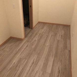 Immagine di un piccolo spazio per vestirsi unisex contemporaneo con pavimento in vinile e pavimento grigio