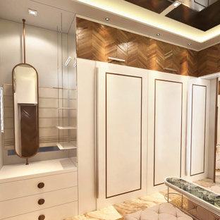 Idee per una cabina armadio unisex design di medie dimensioni con ante lisce, ante bianche, pavimento in marmo, pavimento beige e soffitto in perlinato