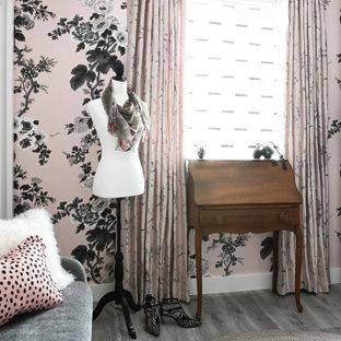 Idéer för att renovera ett litet vintage omklädningsrum för kvinnor, med öppna hyllor, vita skåp, laminatgolv och grått golv