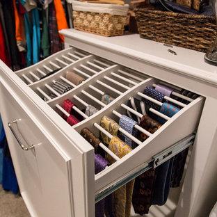 Modelo de armario vestidor de hombre, tradicional, grande, con armarios con rebordes decorativos, puertas de armario blancas, moqueta y suelo beige