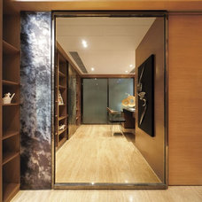 Modern Closet by S.I.D.Ltd.