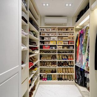 Foto di una cabina armadio minimal di medie dimensioni con nessun'anta, ante bianche e pavimento in marmo