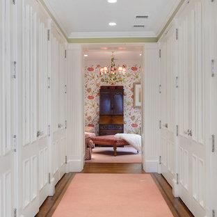 Idee per ampi armadi e cabine armadio per donna chic con ante bianche e pavimento in legno massello medio