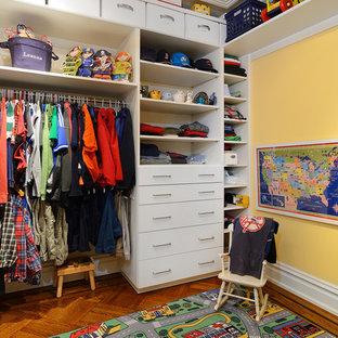 Modelo de armario vestidor de hombre, clásico, extra grande, con armarios con paneles lisos, puertas de armario blancas y suelo de madera en tonos medios