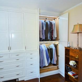 Modelo de armario unisex, clásico, con armarios con paneles con relieve, puertas de armario blancas y suelo de madera oscura