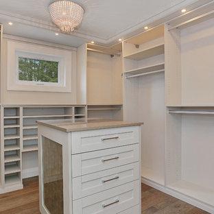 Ejemplo de armario vestidor unisex, de estilo americano, de tamaño medio, con armarios estilo shaker, puertas de armario blancas, suelo de madera clara y suelo beige