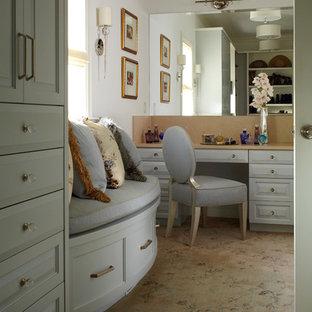 Ejemplo de vestidor unisex, clásico, grande, con armarios con paneles con relieve, puertas de armario azules y moqueta