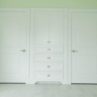 Diseño de armario y vestidor clásico con armarios con paneles empotrados y puertas de armario amarillas