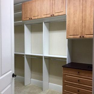 Ejemplo de armario vestidor de hombre, marinero, grande, con armarios con paneles con relieve, puertas de armario blancas y moqueta