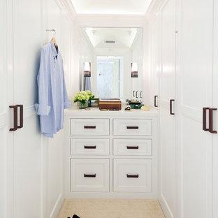 Idee per una cabina armadio unisex chic con ante con riquadro incassato, ante bianche e pavimento beige