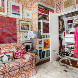 EIngebautes, Mittelgroßes, Neutrales Stilmix Ankleidezimmer mit offenen Schränken, weißen Schränken, dunklem Holzboden und braunem Boden in New York
