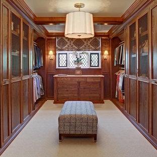 Esempio di una grande cabina armadio unisex classica con ante con riquadro incassato, moquette e ante in legno scuro