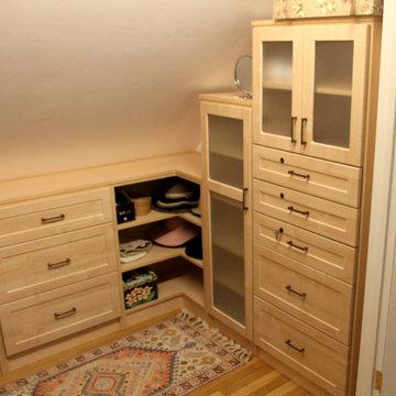 Maple Shaker Door Accessory Closet