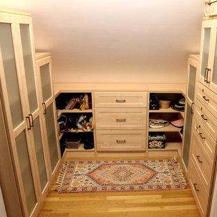 Immagine di una cabina armadio unisex american style di medie dimensioni con ante in stile shaker, ante in legno chiaro e parquet chiaro
