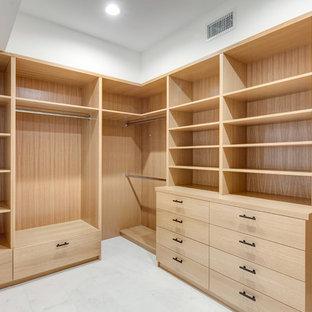 Esempio di una cabina armadio unisex minimalista di medie dimensioni con ante lisce, ante in legno chiaro, pavimento in marmo e pavimento bianco