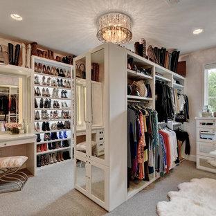 Modelo de armario vestidor de mujer, moderno, grande, con armarios con paneles empotrados, puertas de armario blancas, moqueta y suelo gris