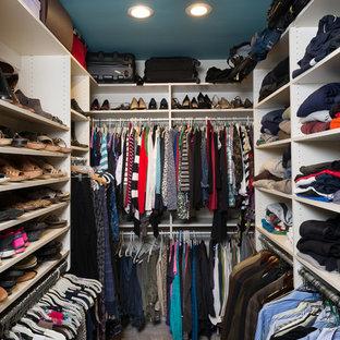 Foto de armario y vestidor tradicional, de tamaño medio, con armarios con paneles lisos, puertas de armario blancas y moqueta