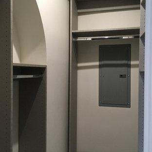 Diseño de armario vestidor unisex, minimalista, pequeño, con armarios con paneles lisos, puertas de armario grises, suelo de baldosas de cerámica y suelo gris