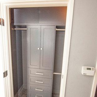Idee per un piccolo armadio o armadio a muro per uomo design con ante in stile shaker, ante grigie, pavimento in sughero e pavimento grigio