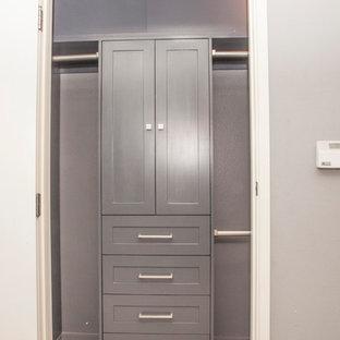Foto de armario de hombre, actual, pequeño, con armarios estilo shaker, puertas de armario grises y suelo de corcho