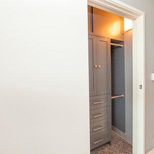Diseño de armario de hombre, contemporáneo, pequeño, con armarios estilo shaker, puertas de armario grises y suelo de corcho