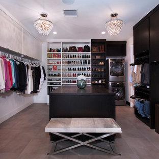 Foto de armario vestidor unisex, actual, de tamaño medio, con armarios con paneles lisos y suelo de baldosas de cerámica