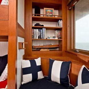 Imagen de armario unisex, costero, pequeño, con armarios abiertos, puertas de armario de madera oscura y suelo de madera en tonos medios
