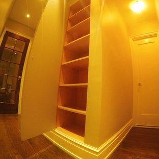 Esempio di un armadio o armadio a muro unisex minimalista di medie dimensioni con ante con riquadro incassato, ante beige e parquet chiaro