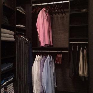 Diseño de armario vestidor de hombre, actual, pequeño, con armarios abiertos, puertas de armario de madera en tonos medios y suelo de madera en tonos medios